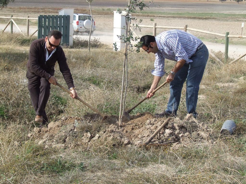 Miembros del PP Cuerveño, en la plantación de Arboles