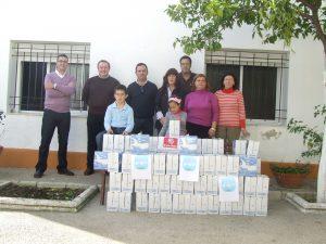 El Comité Local del PP haciendo entrega de los 300 litros de leche
