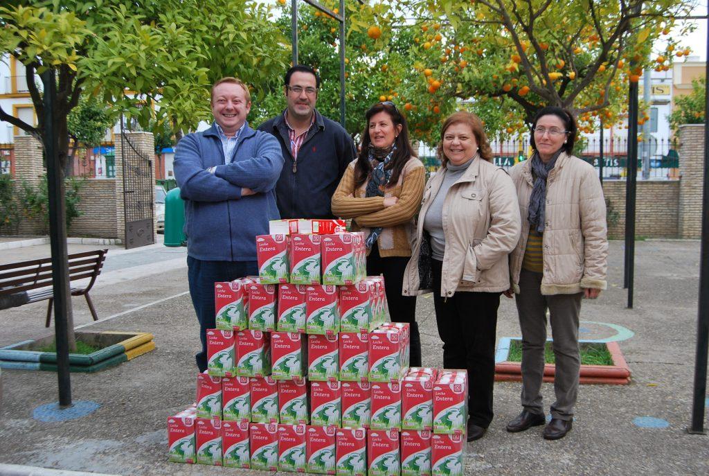 Silvestre Castells junto a los responsables de Cáritas El Cuervo