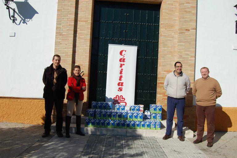 La Campaña de Populares Solidarios, recoge 300 litros de leche que se entregaron a Caritas de El Cuervo