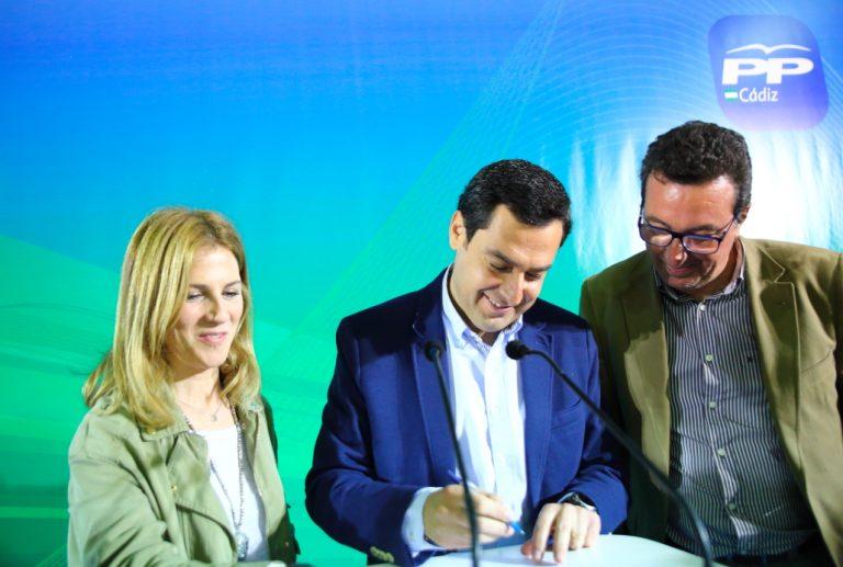 Juanma Moreno firma por escrito su compromiso de poner en marcha la autovía Huelva – Cádiz