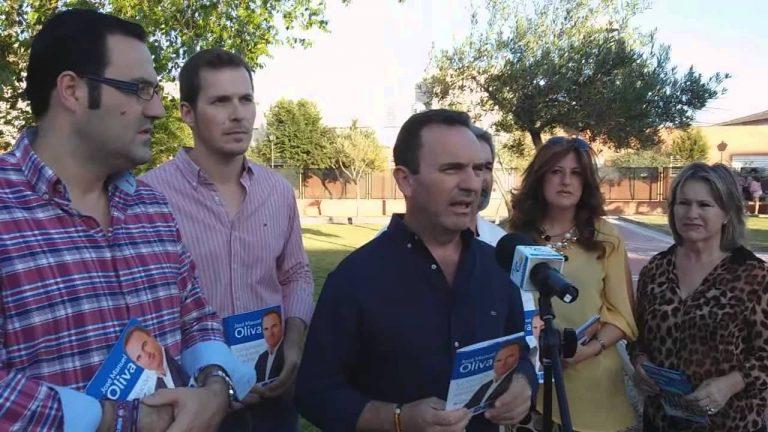 Oliva entrega a los vecinos sus propuestas de cambio y mejoras para El Cuervo